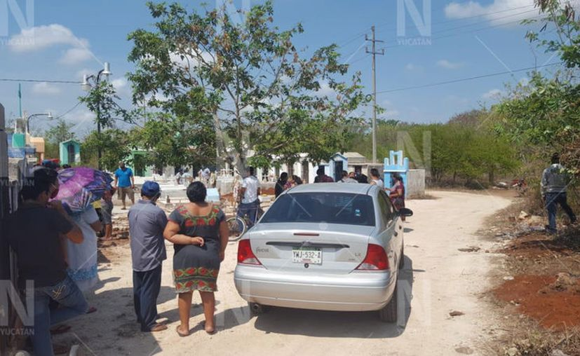 Después de tres horas de espera, familiares tuvieron que sepultar el cuerpo. (Novedades Yucatán)