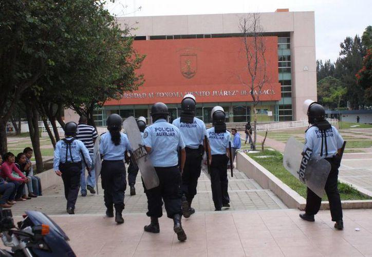"""La Universidad Autónoma """"Benito Juárez"""" de Oaxaca está fuera de servicio y estan sin clases más de 25 mil alumnos. (Notimex)"""