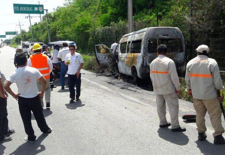 Una camioneta de transporte de pasajeros se incendió luego de salirse de la carretera, cerca de Puerto Aventuras. (Redacción/SIPSE)