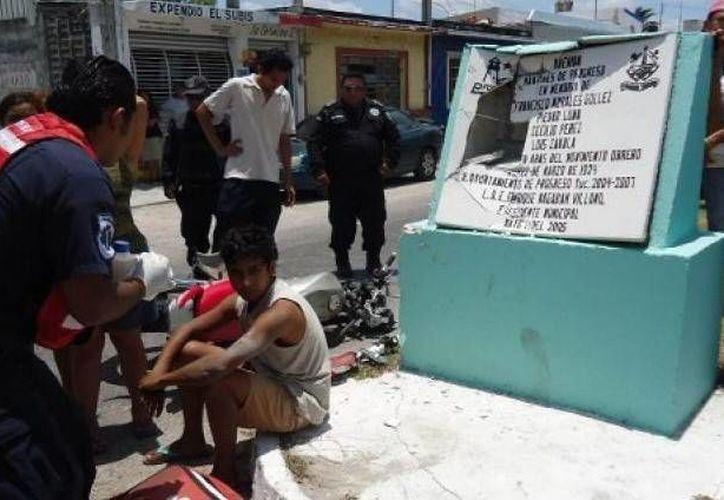 El joven motociclista quedó bastante asustado tras ser golpeado por un auto y acabar impactado contra la placa conmemorativa a los mártires de Progreso. (SIPSE)