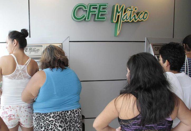 Los consumidores se quejan en la CFE por cobros excesivos. (Israel Leal/SIPSE)
