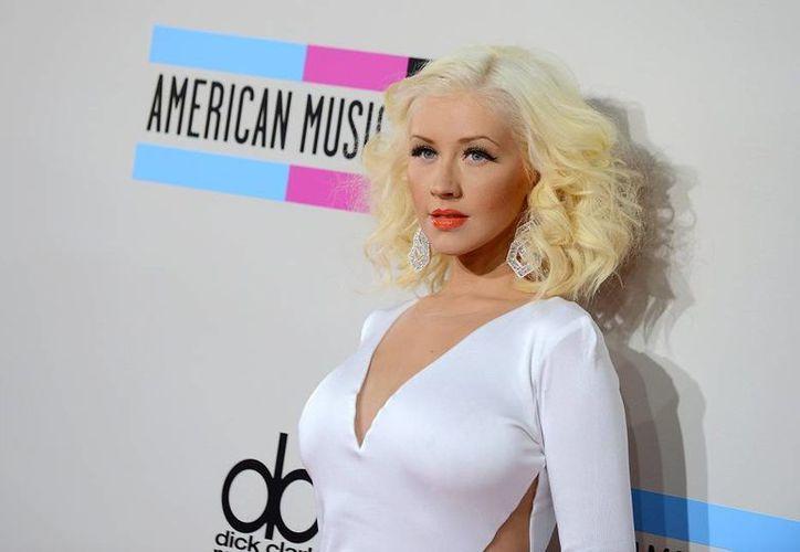 En foto de noviembre de 2013, Christina Aguilera arriba a la entrega de premios American Music Awards en el Teatro Nokia en Los Angeles. Ella cantará en el Juego de Estrellas de la NBA. (Foto: AP)