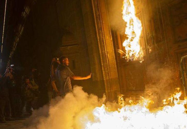 El pasado 8 de noviembre un grupo de manifestantes intentaron prenderle fuego a a puerta del Palacio Nacional. (twitter.com/JoseCardenas1)