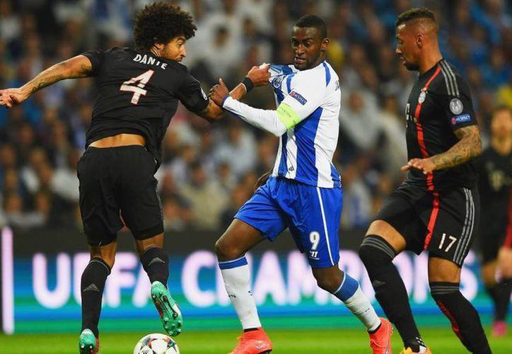 Jackson Martínez (c), que en la foto aparece con la camiseta de Porto en partido contra Bayern Munich, en Liga de Campeones, está cerca de firmar un contrato con Atlético de Madrid. (goal.com)