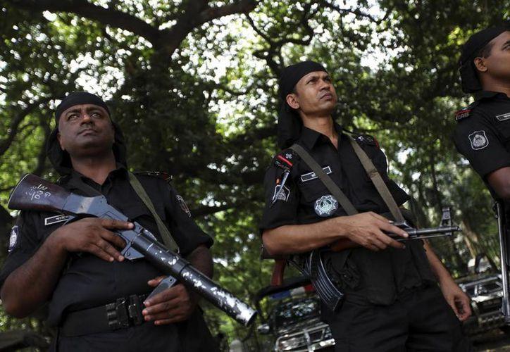 Agentes de los Batallones de Acción Rápida (RAB) hacen guardia en una calle de Dacca, durante la lectura, este martes, de la sentencia. (EFE)