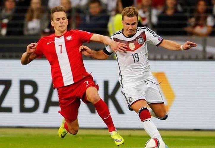 Mario Goetze (d) fue uno de los anotadores por el lado de Alemania, que venció 3-1 a Polonia en la eliminatoria rumbo a la Eurocopa 2016. (EFE)