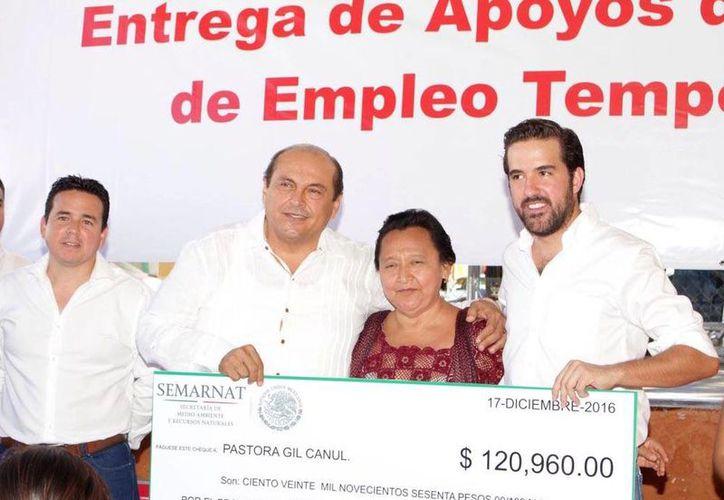 El delegado federal de la Semarnat, Carlos Berlín Montero, durante la entrega de apoyos del PET a 55 familias. (Fotos cortesía del Gobierno)
