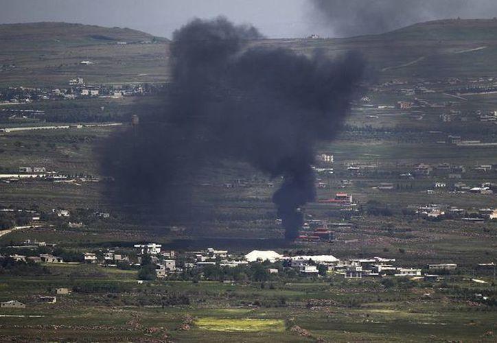 Reportan 18 muertos en bombardeo cerca de un colegio en el sur de Siria. En la imagen, bombardeo en la aldea de Ufania, de la parte siria de los Altos del Golán, junto a la frontera con Israel. (EFE/Archivo)