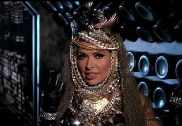En su nuevo video, Gloria Trevi aparece dentro de una nave espacial mientras dedica su tema '20 segundos' a un hombre fanfarrón. (Captura de pantalla de YouTube)