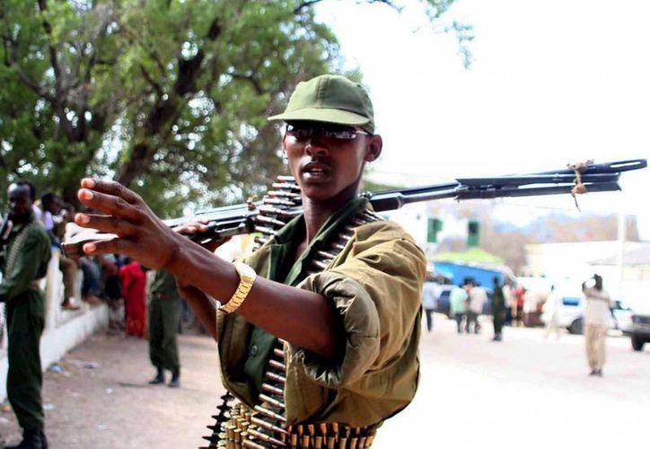 Al menos 7 muertos tras un tiroteo en una mezquita en la frontera entre Kenia y Somalia. Un soldado somalí sostiene una ametralladora. (EFE)