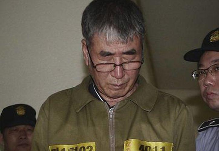 Lee Joon-seok, el capital del transbordador surcoreano hundido Sewol, espera su condena en el Tribunal Superior de Gwangju, Corea del Sur. La corte de apelaciones condenó al capitán a cadena perpetua en una revisión de una pena anterior, impuesta en noviembre, de 36 años. (Foto AP/Ahn Young-joon. Pool)