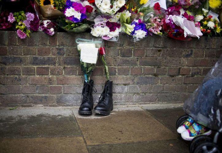 Botas militares yacen en el sitio en donde fue ejecutado el solado Lee James Raigby, en Londres. (Archivo/Agencias)