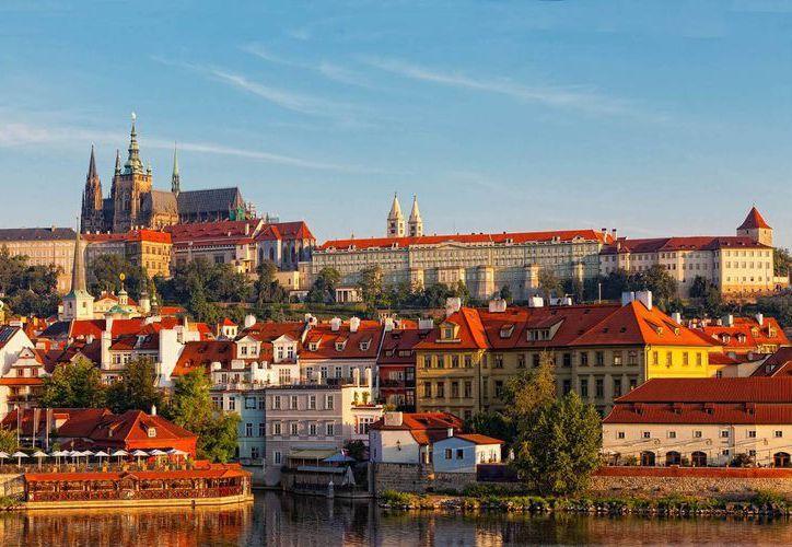 Praga es la capital de República Checa, que ahora también podrá llamarse Chequia, y es considerada una de las ciudades más bellas del Viejo Continente. (vueling.com)