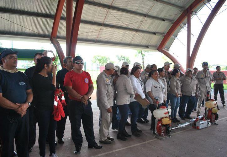Personal de Sector Salud y bomberos entre otras corporaciones, dieron hoy el arranque oficial de la jornada de descacharrización, en el domo de la Región 94. (Foto: SESA)