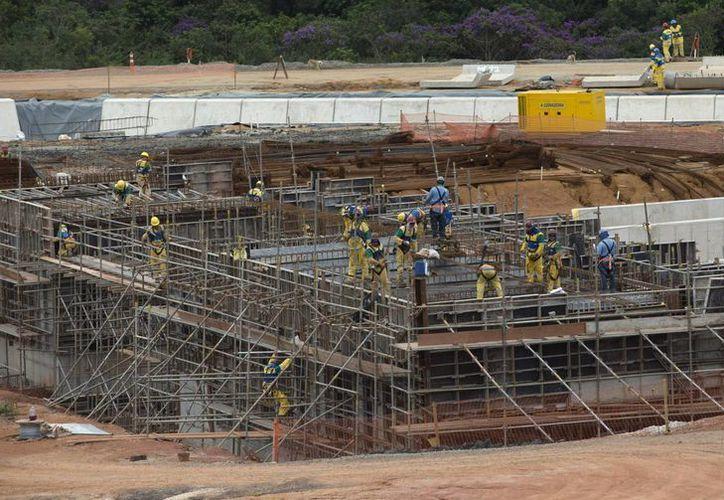 De acuerdo al periódico S. Paulo, decenas de trabajadores han perdido su trabajo en una importante sede olímpica por falta de pago. (Foto: AP)