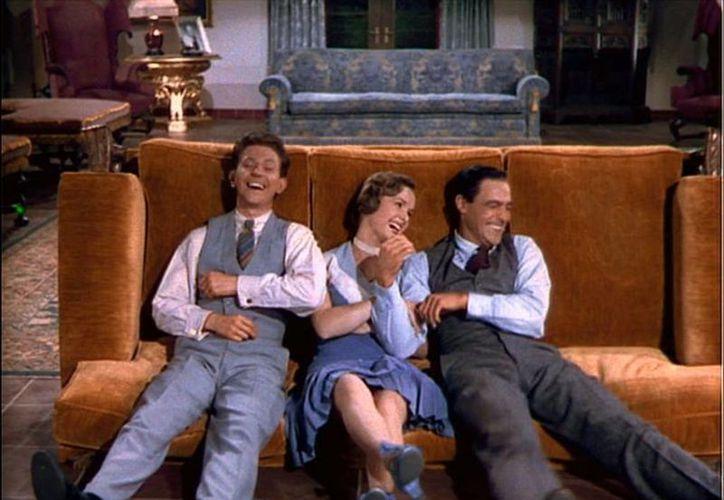 Donald O'Connor, Debbie y Gene Kelly en una escena de 'Cantando bajo la lluvia'. (Fotos tomadas de isabelrose.com)