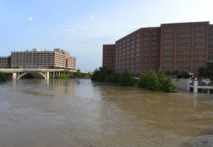 Las autoridades texanas ordenaron a los habitantes de inmediaciones del río Brazos ir inmediatamente a sitios más seguros. (EFE)