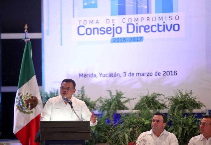 El gobernador Rolando Zapata Bello durante la toma de compromiso del Consejo Directivo de la Confederación Patronal de la República Mexicana (Coparmex) Mérida, que preside Gustavo Cisneros Buenfil.(Amílcar Rodríguez)
