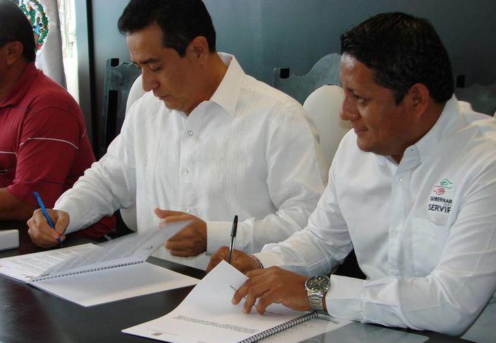 El titular de la Secretaría de la Función Pública en el estado y el alcalde rubricaron los acuerdos. (Manuel Salazar/SIPSE)