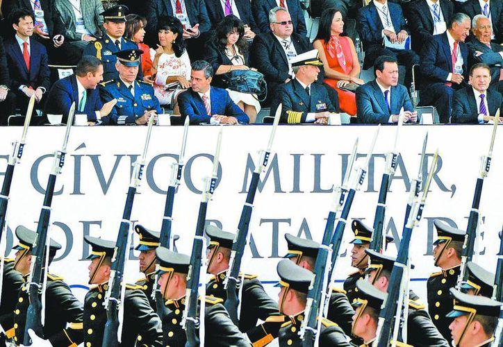 El titular del Ejecutivo federal y su gabinete durante la ceremonia en Puebla. (Milenio)