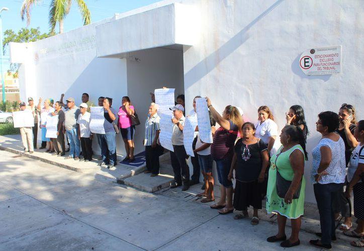 Alrededor de 30 ejidatarios se manifestaron en las instalaciones del Tribunal Unitario Agrario.  (Daniel Tejada/SIPSE)