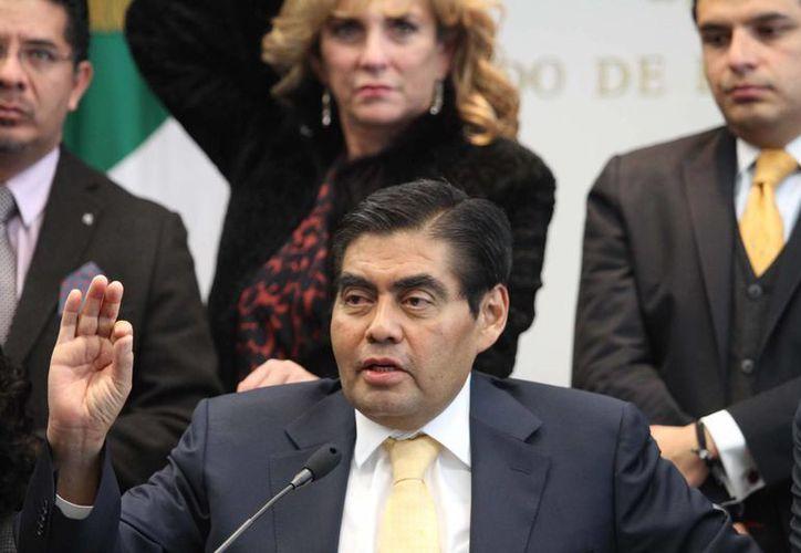 Luis Miguel Barbosa, a quien recién le fue amputado un pie por diabetes, dijo que el PRD busca acercarse a las causas de la gente. (Notimex)