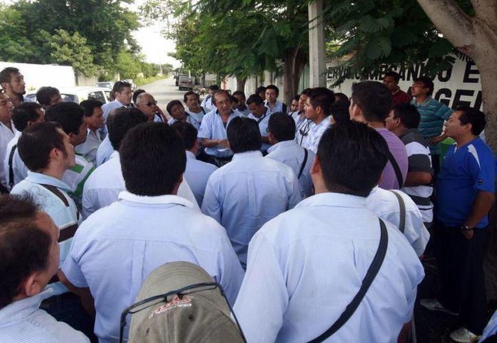 Los operadores se manifestaron frente a las oficinas de la empresa Cirus. (Milenio Novedades)