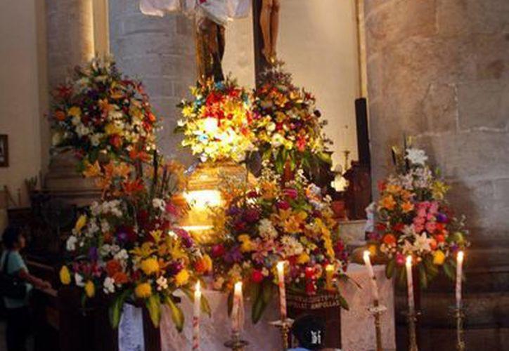 Una devota del Santo Cristo de las Ampollas, durante los festejos del patrono de la Catedral de Mérida. (Milenio Novedades)