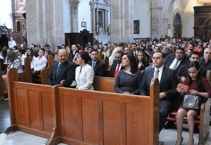 El gobernador César Duarte (izq) con su esposa, así como otros funcionarios asistieron a la misa en memoria de las víctimas. (Juan José García Amaro/MILENIO)