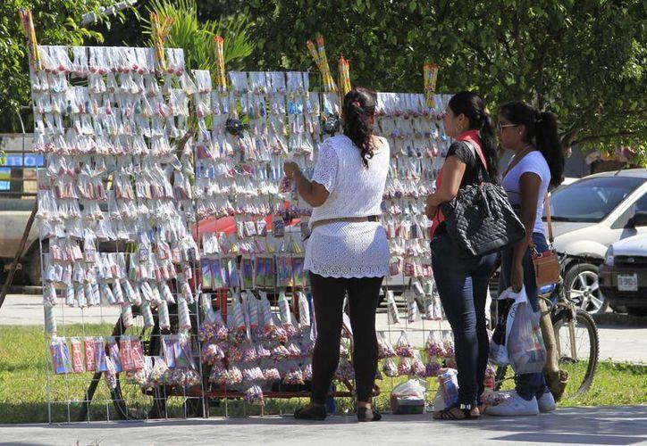 En Chetumal se expidieron 100 permisos para la venta de pirotécnica con vigencia de un mes y únicamente para la venta de luces. (Harold Alcocer/SIPSE)