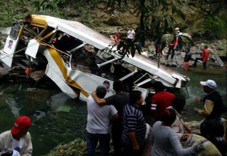 La mañana de este domingo, un autobús de pasajeros cayó al vacío en el Puente de Atoyac, en Veracruz. (Notimex)