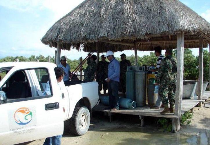 En el operativo se aseguraron 13 cazuelas y 10 tanques de gas. (SIPSE)