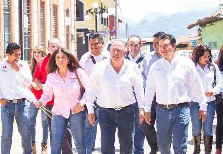 En la imagen, José Salvador Méndez Morales (extrema derecha), acompañando al candidato a diputado del PRI, Lorenzo Rivera Sosa. (Foto del equipo de campaña del aspirante priista)