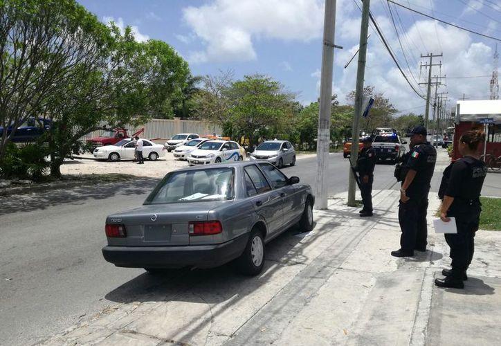 Cuatro individuos fueron detenidos ayer por circular en un auto sin placas y con varios bates en el interior. (Eric Galindo/SIPSE)