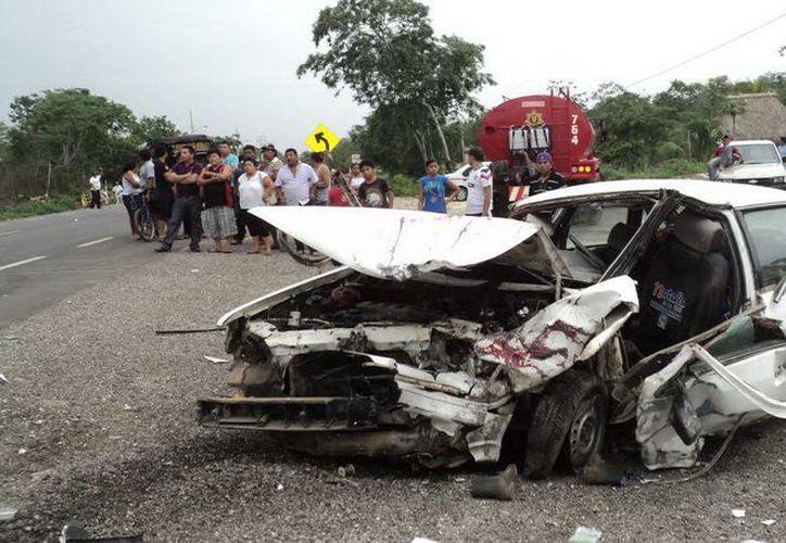 Los vehículos involucrados en el percance quedaron totalmente destrozados. (Luigi Domínguez/SIPSE)