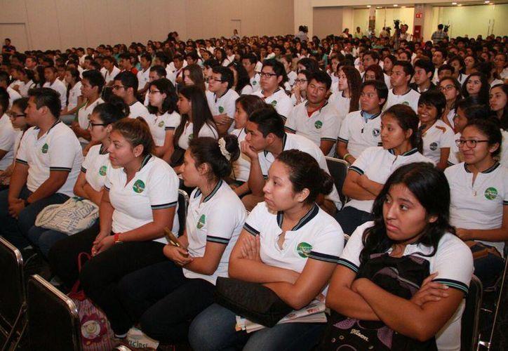 Los estudiantes disfrutaron de la conferencia 'Juan Villoro y los jóvenes'.(Jesús González/SIPSE.com)