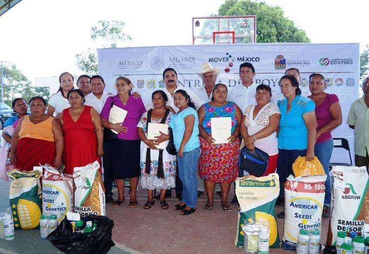 La Sagarpa entregó apoyos para la adquisición de semillas híbridas, fertilizantes, herbicidas, entre otros insumos. (Edgardo Rodríguez/SIPSE)