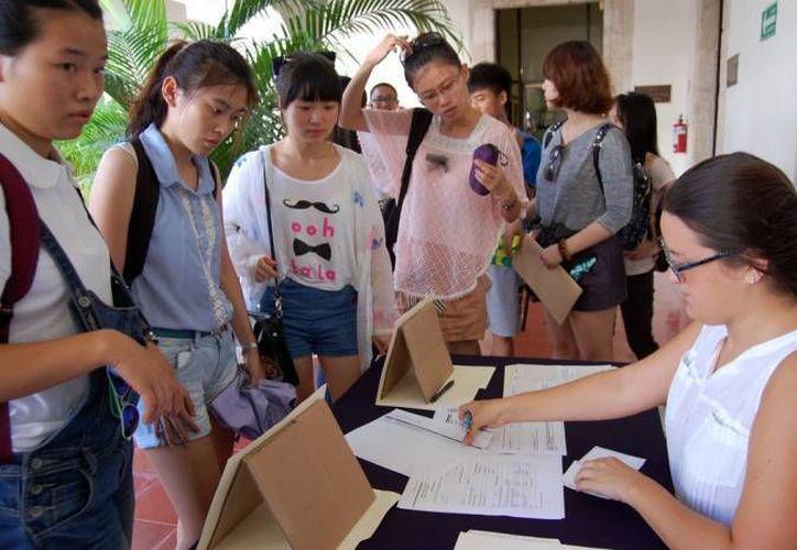 En Yucatán también llegan estudiantes extranjeros beneficiados por los programas de becas. En la imagen, alumnas orientales se informan sobre los servicios de la Uady. (Archivo/SIPSE)