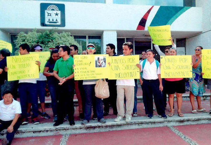 Reunidos frente a la sede del Gobierno del Estado, padres y maestros demandaron el cese de la secretaria.  Quieren fuera a Marisol Alamilla. (Foto: Redacción)