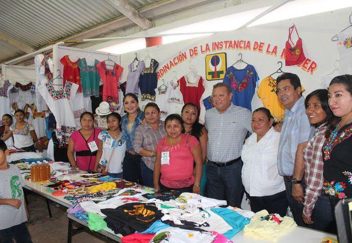 En los stands se promueven diferentes productos. (Raúl Balam/SIPSE)