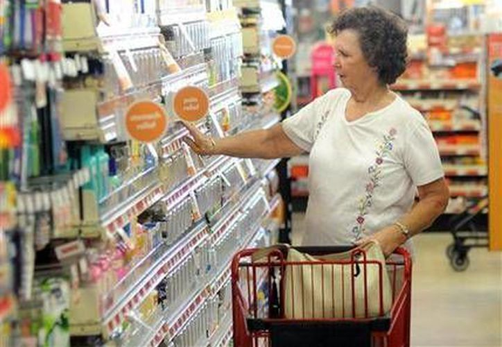 Una compradora en la tienda Family Dolla en Wilmington, Carolina del Norte. (Agencias)