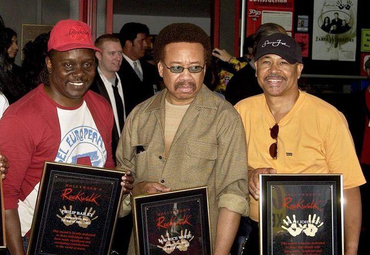 A los 74 años murió Maurice White (c), fundador del grupo de música disco y funk 'Earth Wind & Fire'. En esta foto, de i a d: Philip Bailey, Maurice y Ralph Johnson, integrantes del conjunto, en foto del 7 de julio de 2003 con las placas por su inducción al Salón de la Fama de Hollywood. (AP)