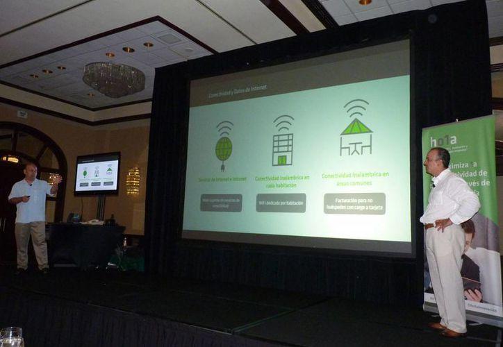 Presentación del funcionamiento de la nueva aplicación. (Victoria González/SIPSE)