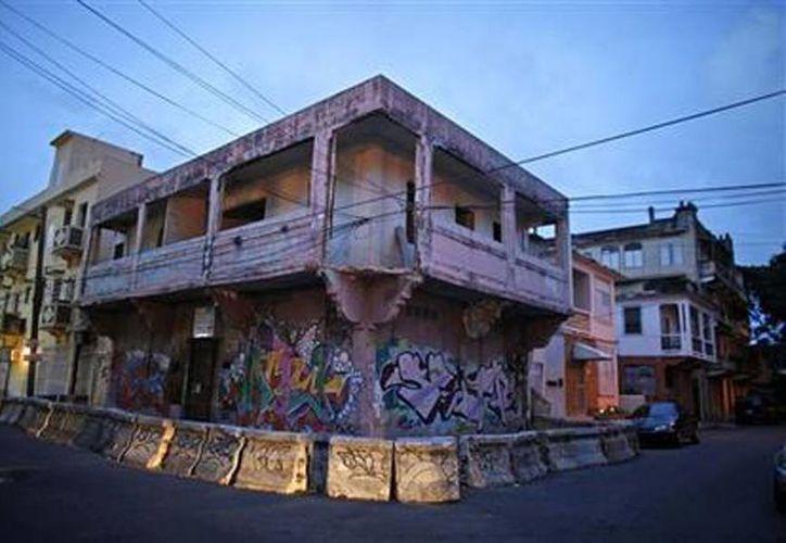 Edificio abandonado, que va a ser demolido por orden municipal, lleno de murales en el barrio de Santurce, en San Juan de Puerto Rico. (Agencias)