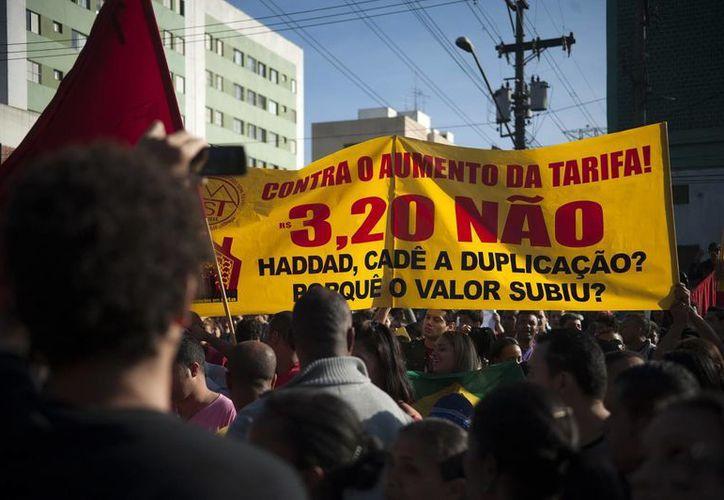 Fotografía cedida por ABr que muestra a varios manifestantes durante una protesta en las calles de la zona sur de Sao Paulo, Brasil. (EFE)