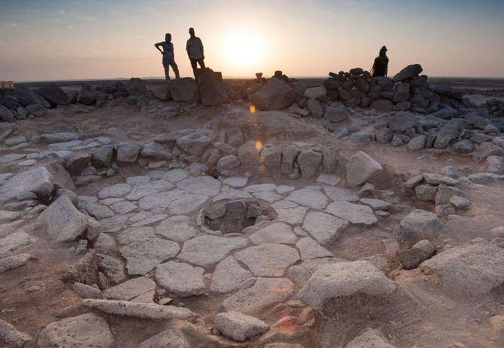 Los restos de la pieza de pan se encontraron en el sitio arqueológico del Desierto Negro de Jordania. (Reuters)