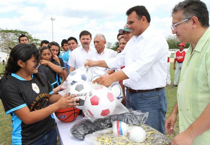 Zapata Bello entregó ayer en Bokobá material deportivo en beneficio de más de 310 deportistas de ese municipio y localidades aledañas. (Cortesía)