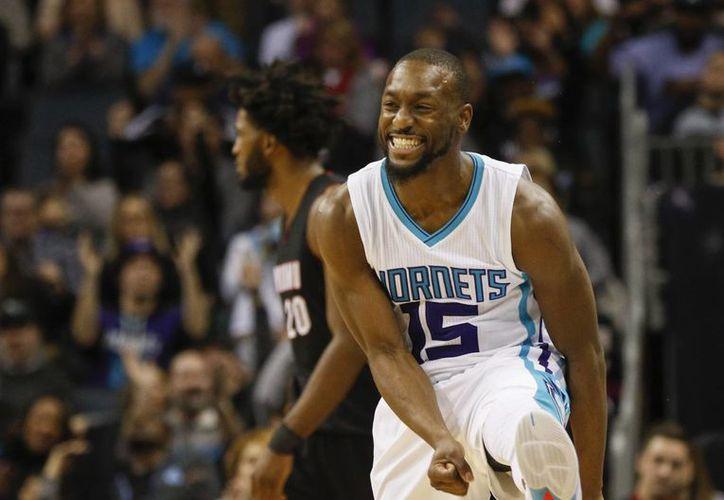Kemba Walker celebra tras anotar tres puntos en partido ganado por su equipo, Hornets, al Heat. (AP)