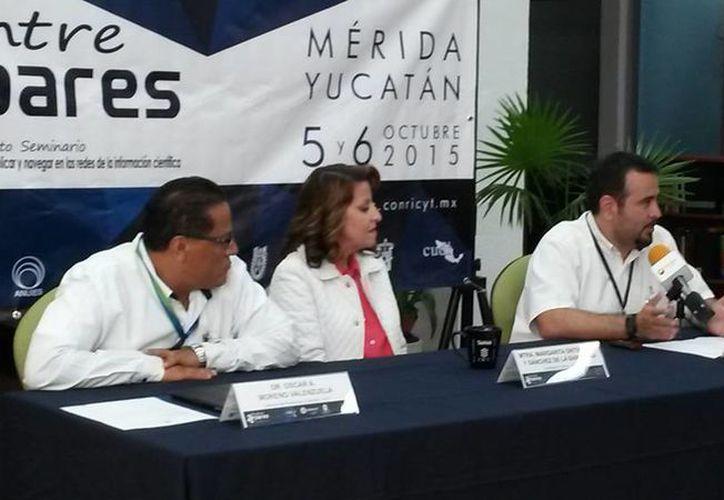 Imagen de la rueda de prensa para dar a conocer el Cuarto Seminario Entre Pares 2015 que lleva como lema 'para publicar y navegar en las redes  de la información científica'. (Ana Hernández/ SIPSE)