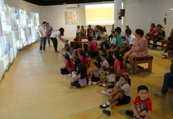 Grupos de escuelas privadas visitan las instalaciones del Planetario. (Redacción/SIPSE)
